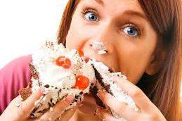 Эксперты рассказали, что заставляет людей есть сладкое
