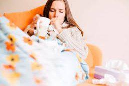 Ученые рассказали, почему опасно лечить простуду «щадящими» лекарствами