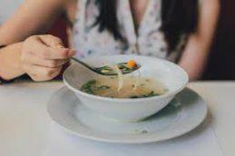Почему куриный суп можно рекомендовать для облегчения симптомов простуды