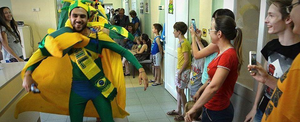 Улыбка повышает иммунитет: бразильцы спели в самарской больнице