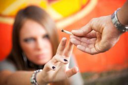 Как разговаривать с подростком о вреде курения, алкоголя и наркотиков?