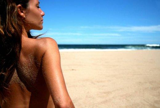 Загар топлес – можно ли совместить красоту и безопасность?