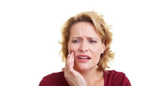 Почему воспаляется под корнем зуба и как лечить