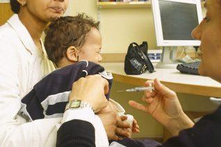 Против гепатита B детей нужно вакцинировать при рождении