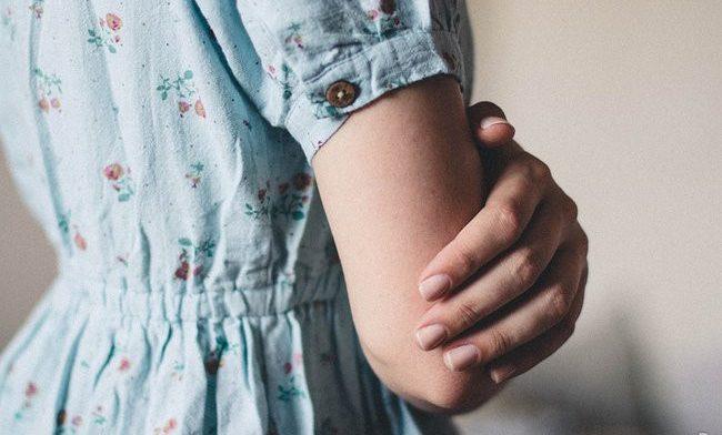 Какие части тела никогда не следует трогать руками
